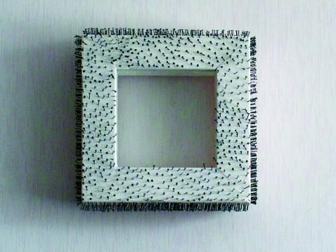 Bzzz, naulat kehyksessä/nails on frame, 2006