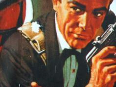 Olin kävelemässä kotiin. Kadunvarren mainoksesta minua katsoi James Bond. Heitin häntä lumipallolla. Osuin olkapäähän. 2011 I was walking home. James Bond was watching me from the roadside ad. I threw a snowball at him. I hit his shoulder 2011